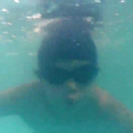 和哥哥一起游泳潜水