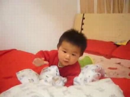 金东浩床上爬来爬去的玩耍照片