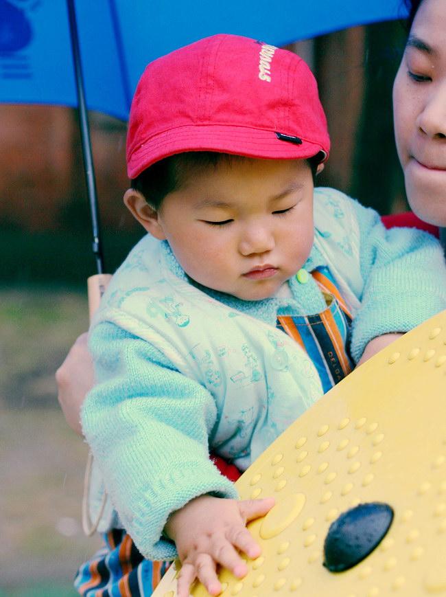 金东浩雨中行照片