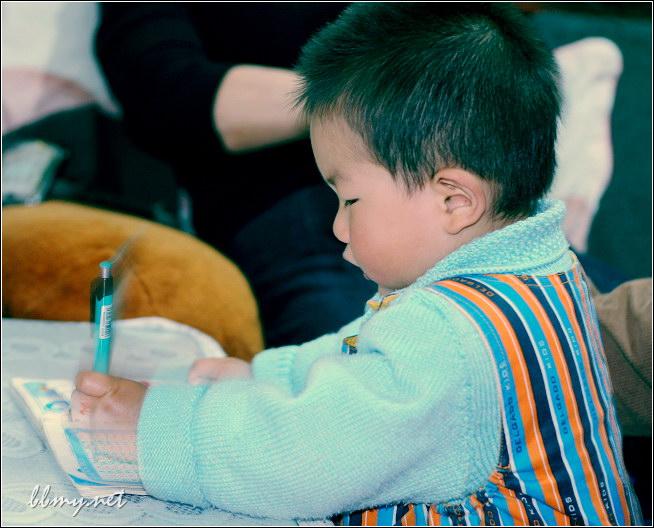 金东浩模仿别人写字照片