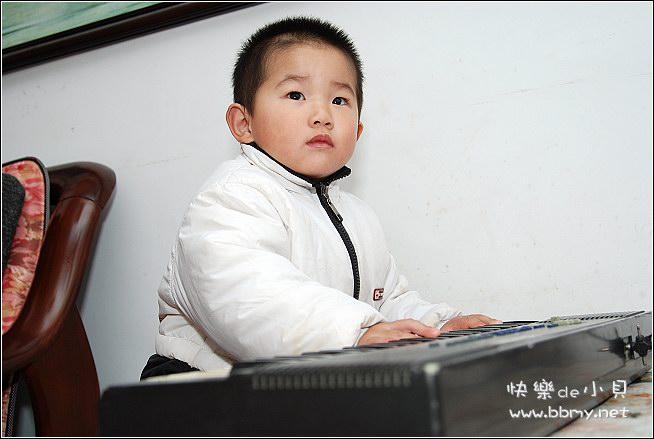 金东浩弹琴照片