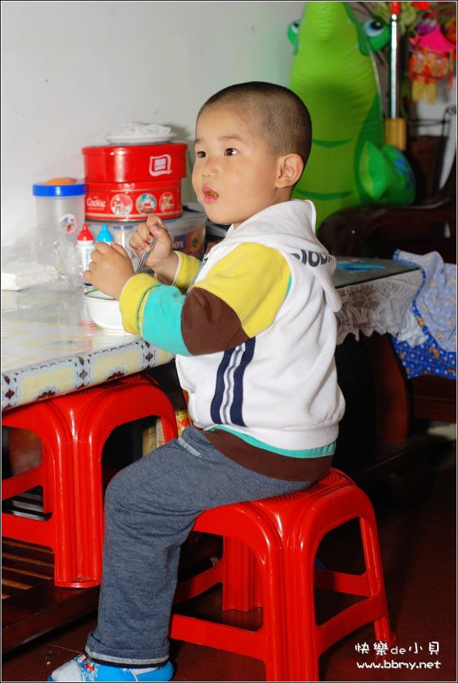 金东浩吃水果罐头照片