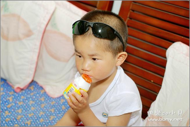金东浩白色T恤衫照片