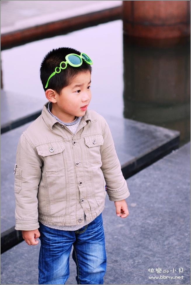 金东浩胜利广场的脚印照片