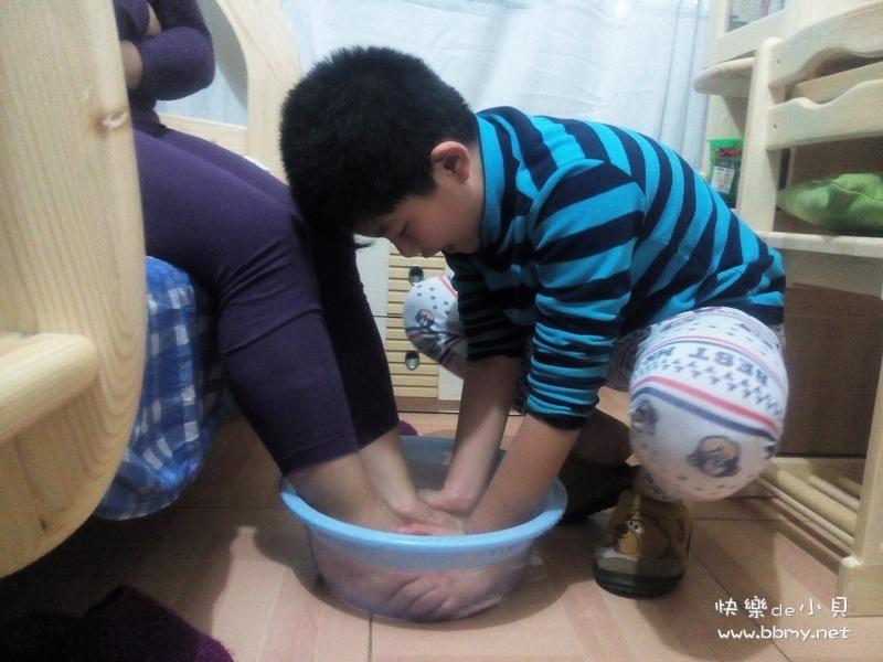 金东浩帮妈妈洗脚日记照片