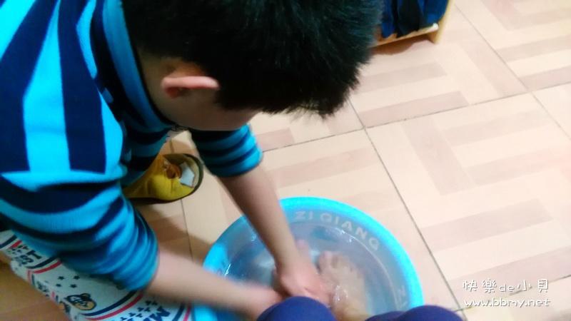 帮妈妈洗脚